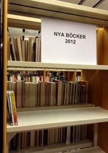 Hylla för nya böcker 2012 på Märsta bibliotek